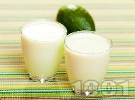 Смути с авокадо, бадемово мляко, банан, ябълка и орехи